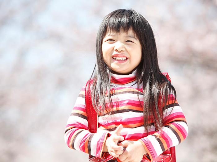 自然の中で微笑む女の子