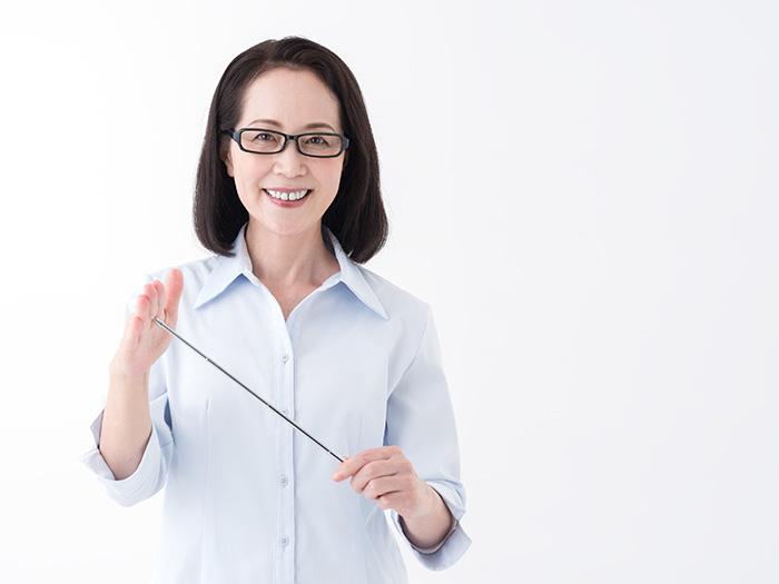 教鞭を持つ笑顔の女性