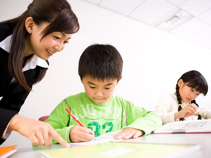 勉強中の児童と先生