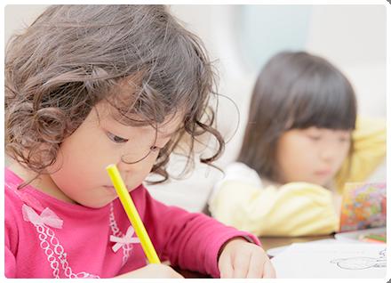 勉強中の児童
