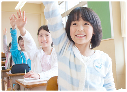 生徒が挙手する教室内の風景